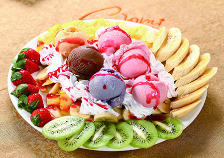 Mixed-fruits-slices-with-cream-and-honey