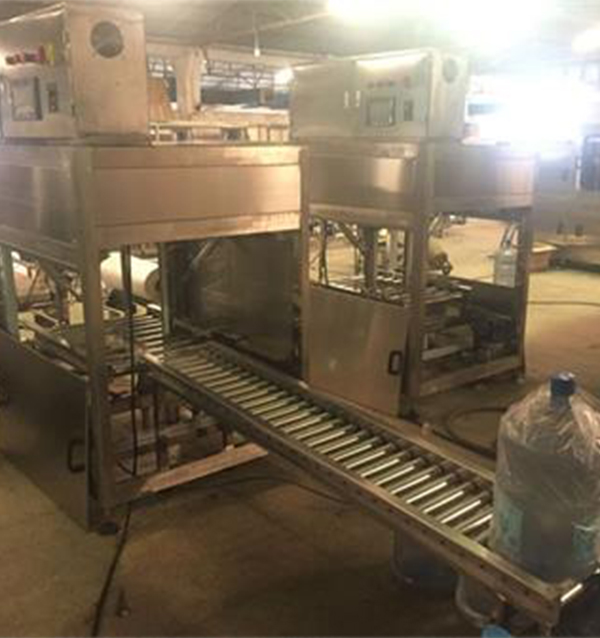 Automatic bagging machine for barreled water