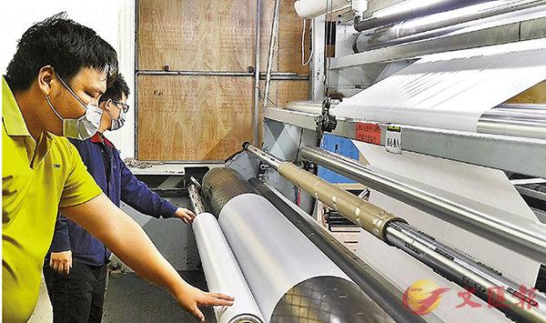 ■製作醫用防護服的阻菌膜正在加緊生產。 香港文匯報記者方俊明  攝