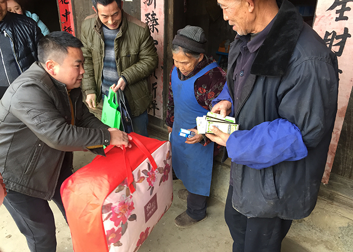 彩票平台赴板尧村开展2018新春扶贫慰问活动