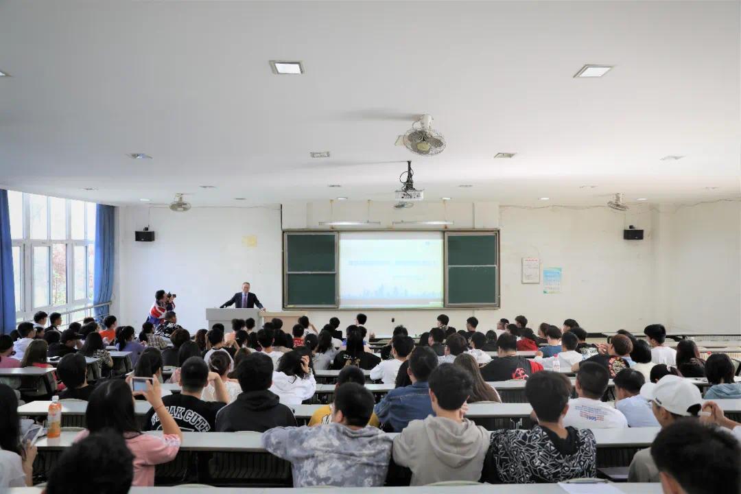 董事长潘敏为成都大学新生解惑