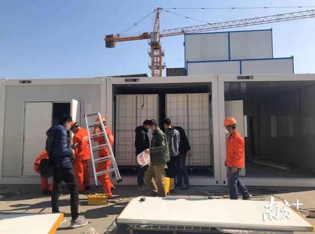 中辉控股的工人正在组装集装箱隔离病床。蒋晓敏 摄