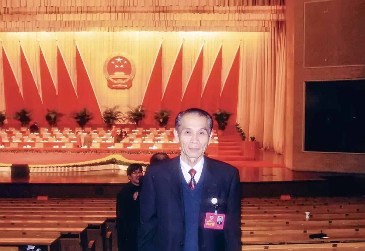 3駱漢生先生參加山東濟南政協會議時留影.jpg